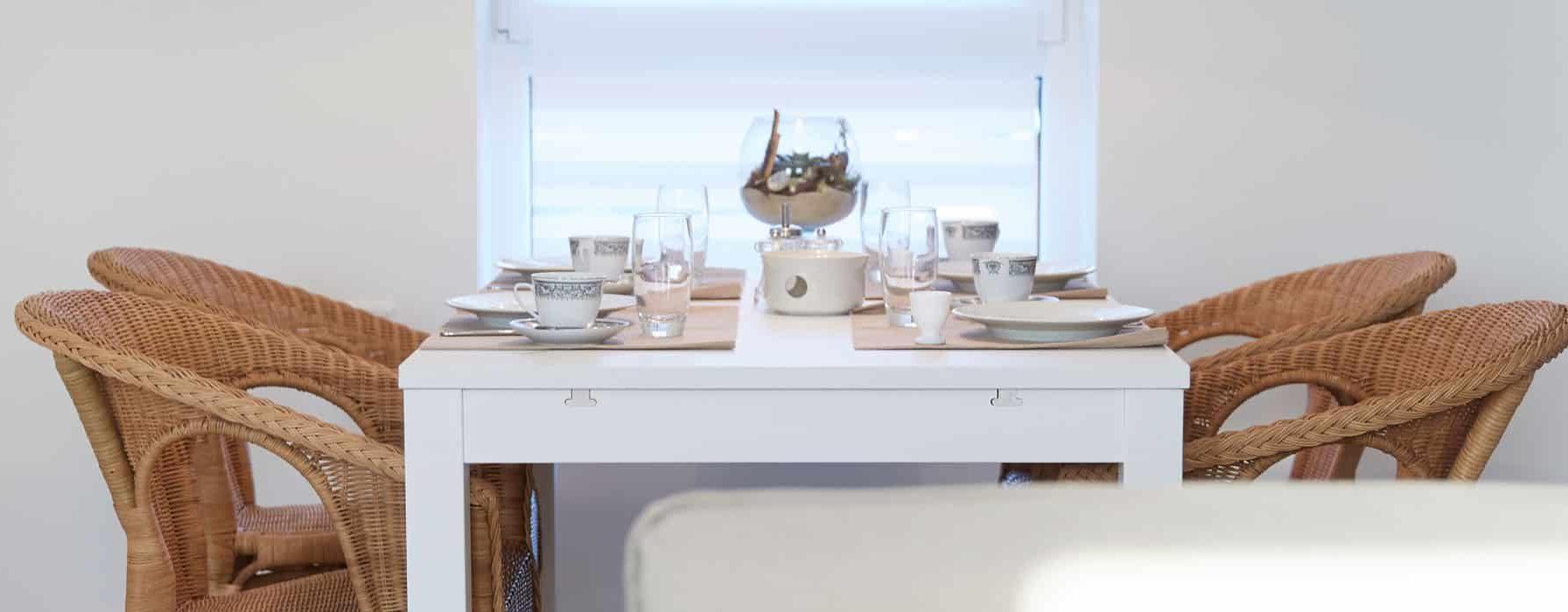 Der Essbereich mit Tisch und Stühlen