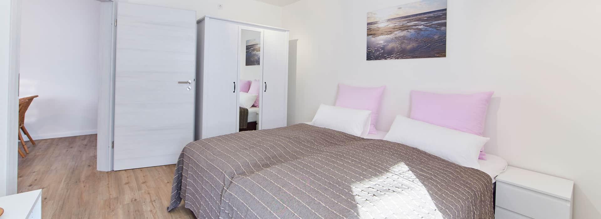 Das Schlafzimmer mit Schrank und Nachtisch.