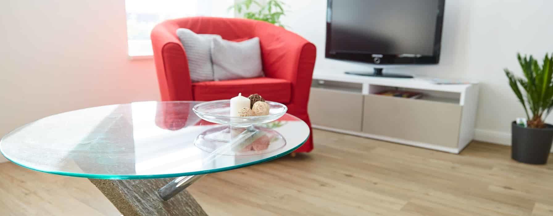 Das Wohnzimmer mit Sideboard und einem Tv Gerät um nach einem langen Tag abschalten zu können.