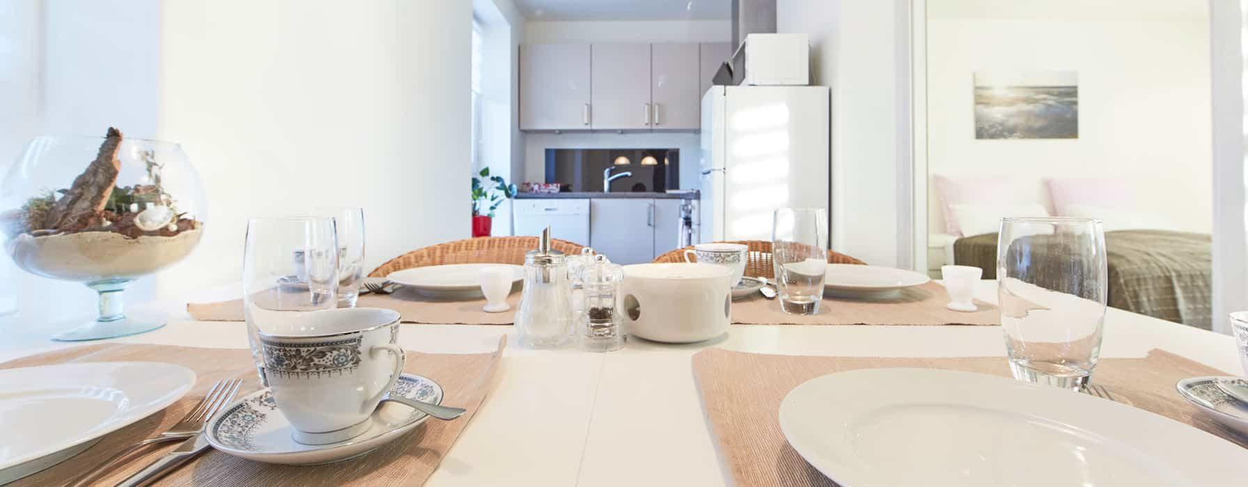 Der eingedeckte Essbereich mit Blick in die offene Küche