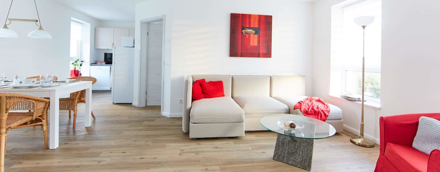 Das Wohnzimmer mit Essbereich und einer offenen Küche.